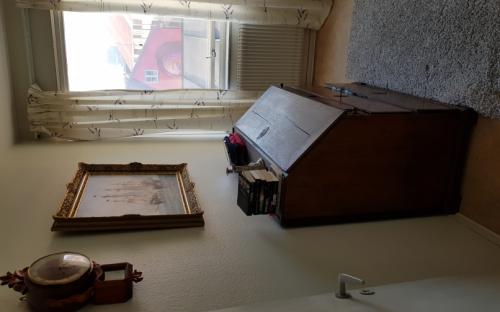 Utsikt och arbetsplats, skrivbordsstol finns..