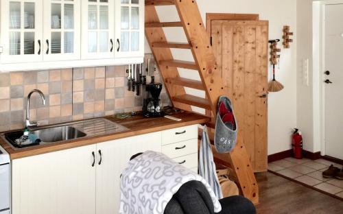 Kök/Allrum med trappa till sovavdelning.