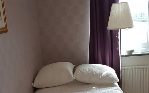 105 cm säng med läslampa