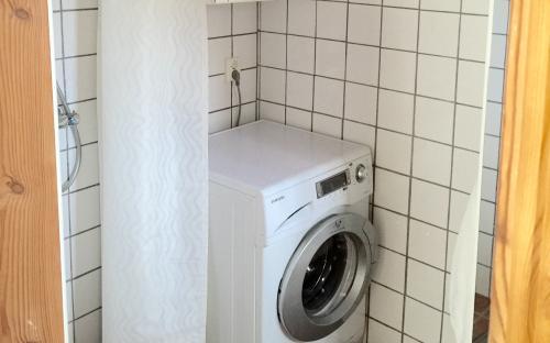 Helkaklad toalett med tvättmaskin