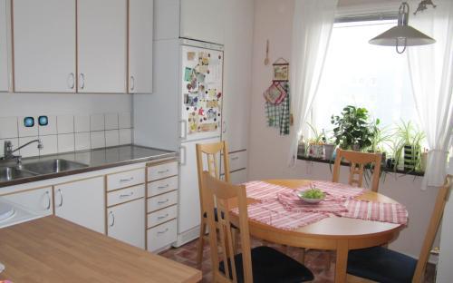 Kök, fullt utrustad med ny kyl,frys samt endast några år gammal spis