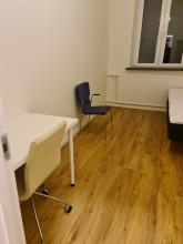 10kvm rum med säng och skrivbord